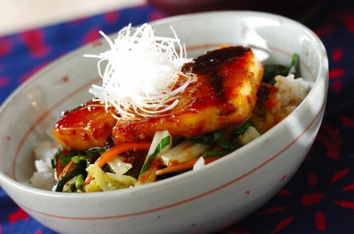 ブリの切り身を使った照り焼きが、豪快にのった丼。野菜もたっぷりで、栄養バランスのいい一品です。スタミナがつきそうですね。