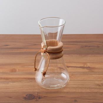 無機質なガラス素材に、木と革紐があたたかみをプラスした「気メックス」のコーヒーメーカー。職人による手作りのため厚みがあり、手仕事の温もりが感じられるのも魅力です。北欧テイストのキッチン雑貨とも相性抜群。