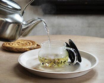 一人でゆったりティータイムを過ごしたいときにぴったりの、コンパクトサイズのティーポットです。茶こしがフタと一体化しているデザインなのでスムーズに淹れやすく、透明感のある耐熱ガラスなので、お茶の美しい色合いを楽しむこともできます。