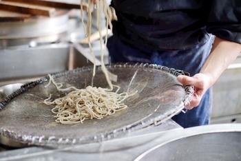 茹で上がった麺は、水で手早く洗ってぬめりを取り、冷水で冷やします。あまり長時間冷やすと蕎麦の味を感じにくくなるそうなので、数秒が目安です。こうすると麺にコシがでるため、今回ご紹介する冷たい麺のレシピにぴったりの仕上がりになります。