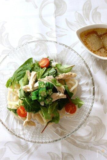 脂の少ない鶏むね肉を使ったあっさりヘルシーなサラダうどん。オクラやベビーリーフ、旬の緑を添えて清々しい一皿です。冷たくしていただくので、出汁氷は便利。真似してみたいですね。