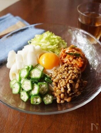 納豆、オクラ、長芋。ネバネバ系トリオにキムチ。食材を聞いただけで、ムクムクと食欲が湧いてきませんか?豪快に混ぜて召し上がれ。