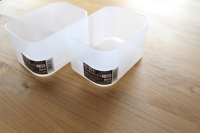 使い勝手が万能なダイソーの「積み重ねボックス」を冷凍庫の収納に。いろいろな大きさがあるので使い分けがしやすく、変動しやすい食品を収納するのに買い足しやすいのも魅力です。