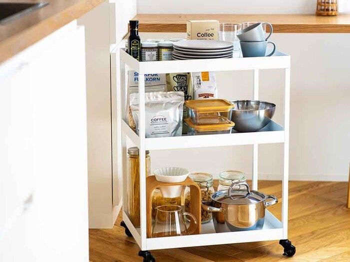 定番人気の「キッチンワゴン」。キッチンにワゴンを置く一番のメリットは、やはり抜群の収納力。 散らかりやすい小物から、かさばる調理器具や食材ストックまで全部まとめて収納できます。キャスター付きなら、動かしたい場所までサッと移動できるので便利ですよね。  シンプルでフラットなデザインをセレクトすると、家具のすき間や角に収まりやすく、使い勝手が良くなります。