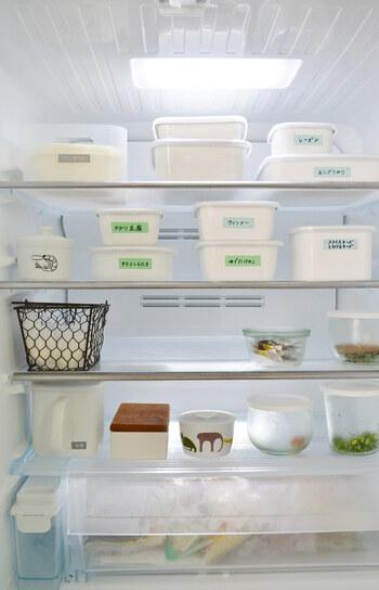 野田琺瑯の「ホワイトシリーズ」は定番中の定番。琺瑯は、特性上、風味や質を変化させにくく、常備菜や作り置きおかずなどを保存するのに向いています。  色々なサイズがあるので、スタッキングできるのも便利。こちらのブロガーさんは、中身がわかりやすいようにマスキングテープでラベリングしています。この方法なら簡単に付け替えることができますね。