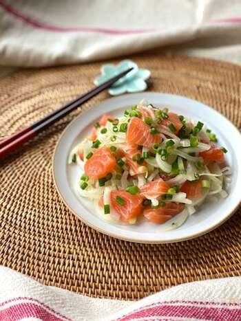 ポキとは、小さく切った魚介類にタレを合わせたハワイ料理。まぐろを使うことが多いですが、こちらはサーモンバージョン。玉ねぎを加えると、より本場風です。