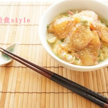 夏の和食膳に、こんな涼し気な一品はいかが?冷たい緑茶でいただく鯛茶漬け。柚子胡椒香る、爽やか味わいです。