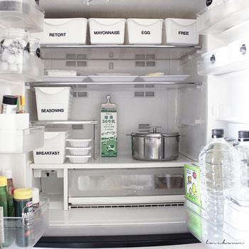 ダイソーの白い収納ケースを使用したアイデア。白で統一され、中が見えないのでよりスッキリとした印象に。ラベリングが必要ですが、デザインをおしゃれにすれば、冷蔵庫の中とは思えない雰囲気に◎