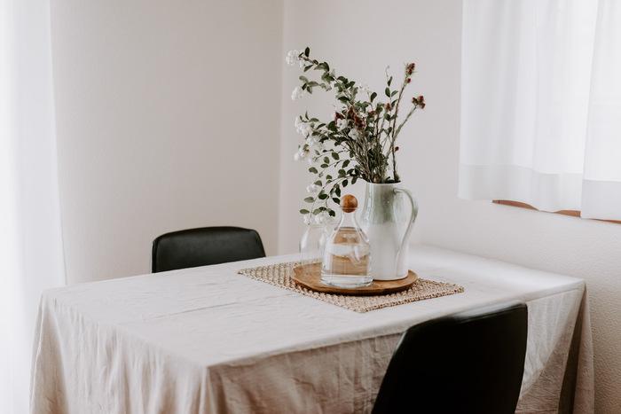 ダイニングテーブルに白いテーブルクロスをかけるのは、王道中の王道。食卓は家族がいつも目にする場所でもあるので、模様替えをしたことにすぐに気づいてもらえます。お部屋の中のいい位置を占めているので、1枚の布を投入するだけで効果的にイメージチェンジすることができます。