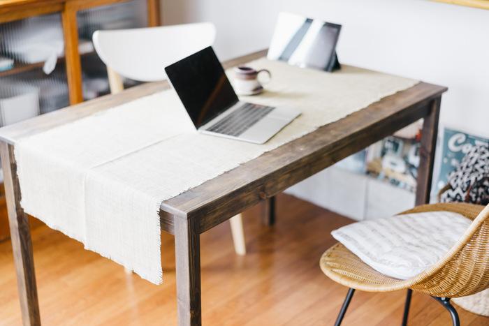 小さめのクロスをテーブルランナーのようにかけてみるのもおしゃれです。テーブルそのものの質感の美しさも合わせて楽しむことができます。縁が切りっぱなしのクロスは、ラフで軽やかな雰囲気。小さめクロスはかけたり、外したりも簡単なので、気分に合わせて変化をつけやすいですね。