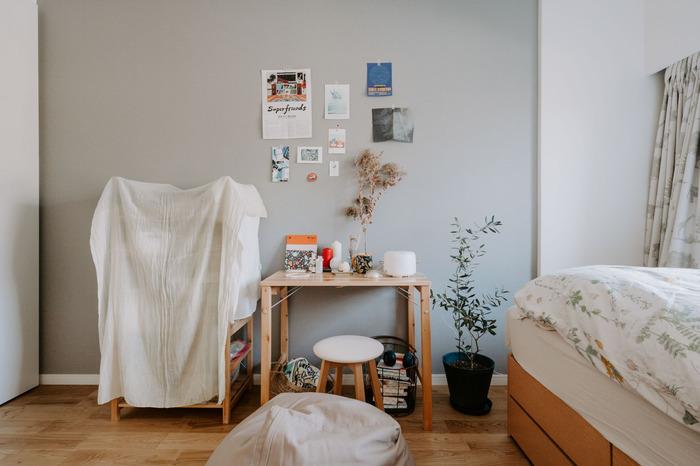 お部屋の棚を全部一気に隠したいときにも、白いクロスは大活躍!生活感があらわれやすい細々としたもの全体を覆ってしまえば、ごちゃつきも気になりません。壁や天井と近い色味の白い布を選ぶようにすると、悪目立ちしません。