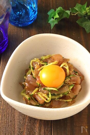 まぐろの刺身や焼肉のタレを使ったユッケ風。まぐろをコクのある味付けで楽しむアイデアです。ご飯が進みそうですね。