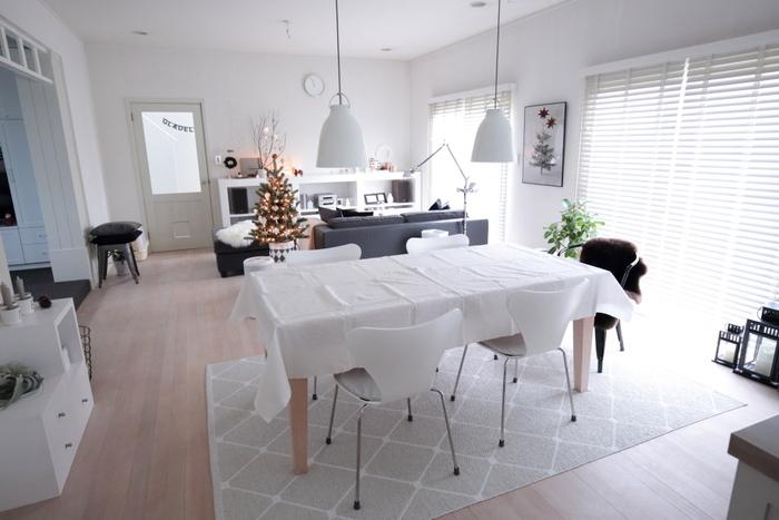 白を基調にしたお部屋なら白いクロスがよく馴染みますね。さらりとした白いクロスで、涼し気な印象に。テーブル全面が白になっているので、どんな色のお皿を並べても、ぱっと華やいだように見えます。