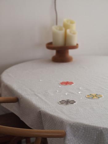 グレーの石畳柄のクロスは、ガラスと白い食器がよく似合います。真っ白のクロスではちょっぴり味気ないというときには、こうした全面に入った淡い色味の連続柄のものを選ぶとさりげないワンポイントになります。
