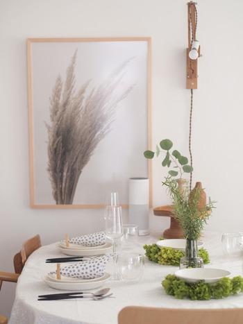 ハリのあるテーブルクロスを敷いたら、テーブルセッティングにも凝ってみたくなりますね。白にグリーンを合わせると、優雅で豪華なイメージに。いつもの食器がワンランクアップしたように感じます。