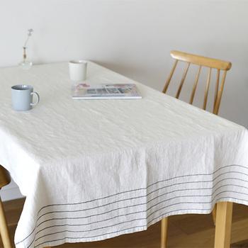 カラーラインの入ったテーブルクロスは、お部屋の中で、カジュアルな可愛らしさを感じるアクセントになってくれます。ウォッシュドリネンのざらりとした質感に細いシンプルなラインが映えています。