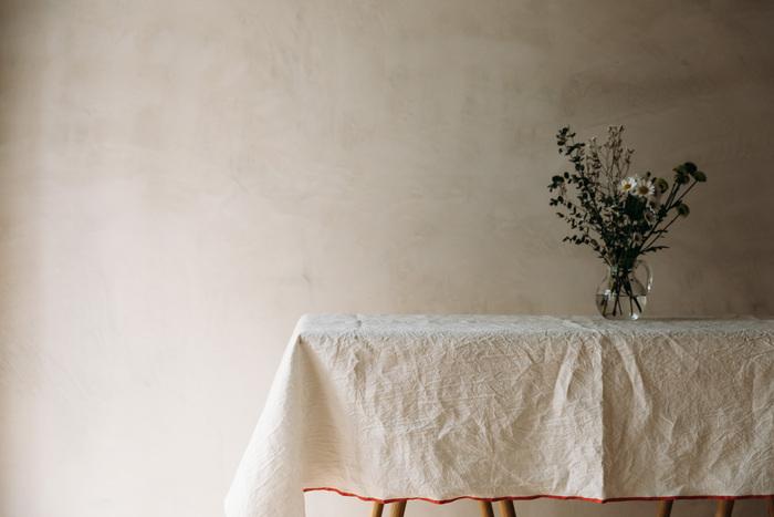 ざっくりとしたシワがヴィンテージ感を漂わせるクロス。上質な風合いがあり、1枚ふわりとかけるだけでも存在感がありますよね。洗いざらしをそのままかけたような雰囲気が心地いい素敵なクロスです。  ダイニングテーブルだけではなく、端を折りたたんでサイドテーブルにかけて花や額縁などを飾ってみるのもおしゃれです。