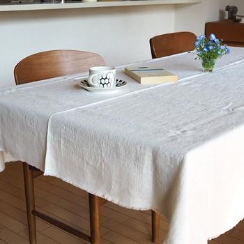 ざっくりとした質感の布を選ぶと、ナチュラルで優しい雰囲気が生まれます。食事時にはクロスなしですっきりと、3時のおやつの時だけクロスをかけて、おうちカフェを開店してみるのもいいですね。同じ場所なのに、メリハリをつけられます。