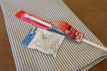 カーテンクリップがあれば、つっぱり棒を通す穴を作らなくても布を吊るせます。購入するときは、つっぱり棒がカーテンクリップの丸い部分に通るかどうか確認しておきましょう!