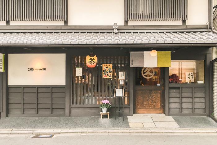 江戸時代の元禄年間に宇治で創業した「丸久小山園」。西洞院店では、併設された茶房「元庵」で抹茶スイーツがいただけます。