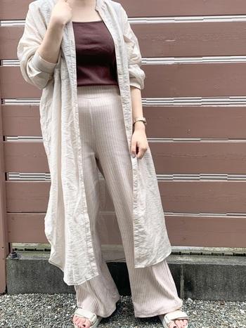 プチプラアイテムが豊富な「しまむら」でおすすめなのが、さらりと羽織れるシャツワンピース。パンツやレギンスと合わせたレイヤードスタイルでトレンド感をプラスしてみて。