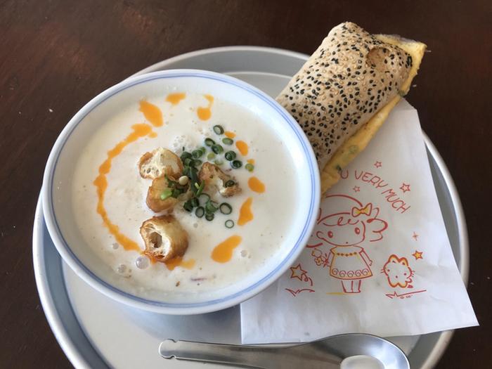 一番人気はこちらの「鹹豆漿(シェントウジャン)」。しぼりたての豆乳を使用した豆乳スープです。少し酸味のあるまろやかなスープの中にはほろほろ食感のお豆腐が。トッピングのカリカリ揚げパンや九条ネギとの食感のバランスも絶妙です♪台湾のパンと一緒に食べればお腹も大満足ですよ。