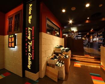 池袋駅西口のC8出口を出てすぐのところにある「東明飯店」。アクセスがいいのでランチにもおすすめの台湾料理店です。丼から定食、麺料理までメニューも豊富なので毎日通っても飽きなさそう!