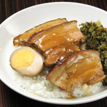 豚の角煮と高菜、煮卵がのった「控肉飯(コンバーファン)」。とろとろの角煮は箸で崩せるほどのやわらかさです。五香・八角・山椒など香辛料の香りがふんわりと効いて絶品!サラダ・デザート・ドリンクバーがセットになっているのも女性にうれしいポイントです♪