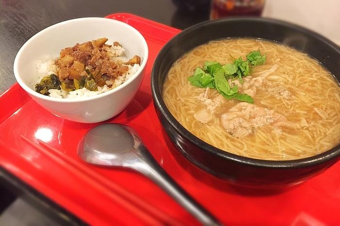 麺線セットは麺線に小さなルーローハンが付いてきます。トロトロの麺線は箸ではなくレンゲで食べるのが台湾式だとか。かつおだしのスープはどこかホッとする優しい味わいで、具材のモツもやわらかく絶品!お好みで卓上の辣椒醤(ラージャオジャン)をかけても美味しいですが、とっても辛いのでかけすぎに注意です!