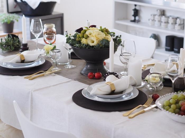 白いクロスの上に、濃いめカラーのテーブルランナーを敷きこむと重厚感がプラスされますね。高低差を意識して、それぞれのエリアを区切っていくようにすると、まるで高級レストランのような設えに。