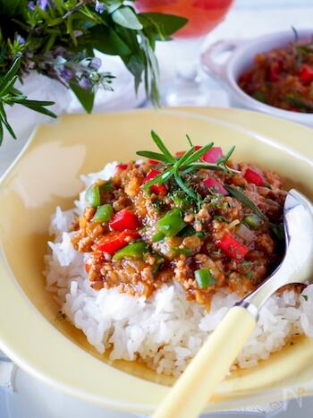 カレーの隠し味としてケチャップとソースは王道中の王道ですよね。もともとカレールウには果物や野菜などが入っているので、トマトやいろいろな果物・野菜を原料としたケチャップとソースは相性が抜群です。凝縮されたコクが幾重にも重なる味わいが生まれます。  こちらのキーマカレーは材料を切ったら、調味料と合わせて電子レンジにかけるだけという簡単レシピ!ピーマンと赤パプリカで彩りもよく、食欲もわきますね。