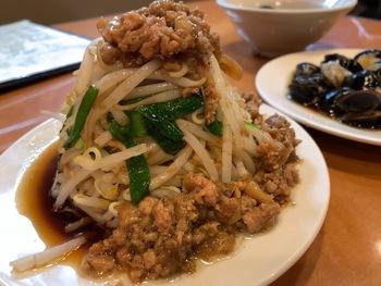 もやしに肉味噌がかかった「肉燥豆芽」。台湾のザ・屋台飯といった素朴な見た目ですが、味は抜群!もやしのシャキシャキ感と肉味噌の旨味が相性ピッタリで、お酒がどんどん進みます。
