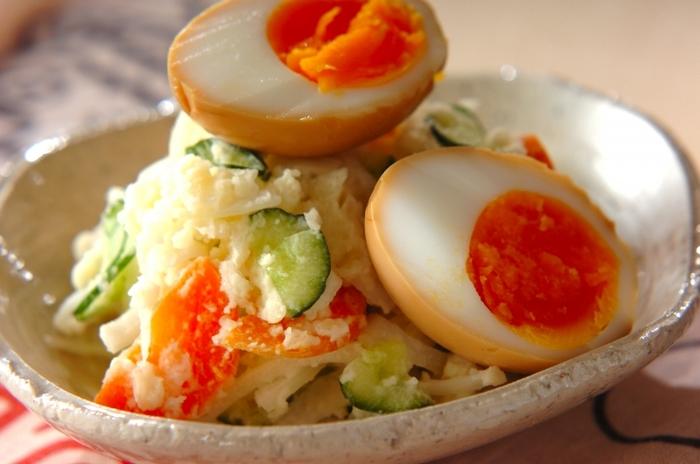 じゃがいもと卵のサラダでは、一緒に混ぜるのが定番ですが、こんな風に別々に分けてもOK。こちらは、醤油やオイスターソースなどで味付けする煮卵がのったサラダです。煮卵は30分以上漬け込む必要があるので、あらかじめ用意しておきましょう。下のサラダは、じゃがいものほかに玉ねぎやキュウリ、人参も入っていて具だくさん!