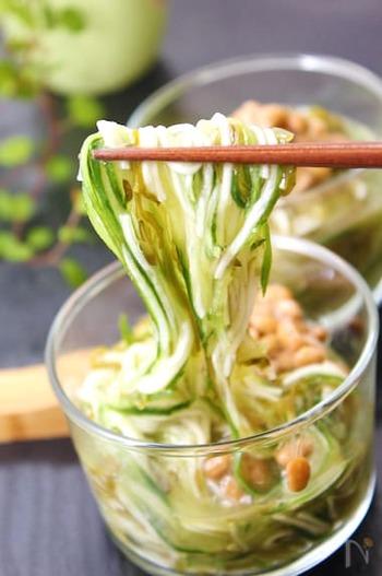 きゅうり、納豆、めかぶ...食感豊かで食べやすい冷製そうめん。とにかく簡単&時短で作れるから、料理するのがしんどいという時にありがたい。時間がない朝にもおすすめですよ。
