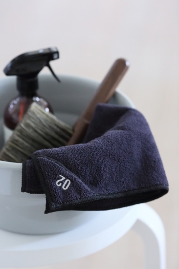 ほうきでは取れなかった汚れは洗剤を使ってこすり取ります。アルカリ性の重曹やセスキがおすすめです。洗剤を汚れの部分に吹きかけたら数分放置し、歯ブラシでこするかウエスで拭き取りましょう。