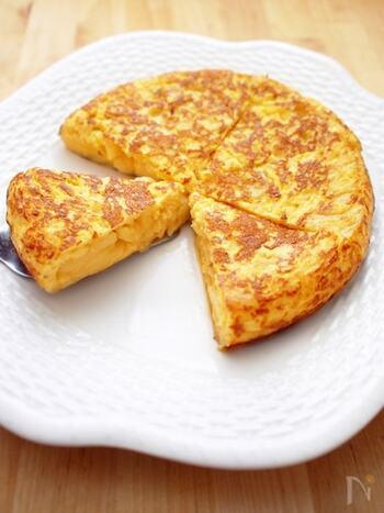 じゃがいも入りの卵料理は、スペイン料理によく見られますね。こちらもスペイン風で、食べ応えのある厚焼きが特徴の「トルティージャ」です。見た目は本格的ですが、材料はとってもシンプル。じゃがいもと卵に、玉ねぎ、オリーブオイル、塩の5つでできちゃいます。野菜を蒸し焼きにしてから炒めることで、香ばしさと甘さが出るのだそう♪