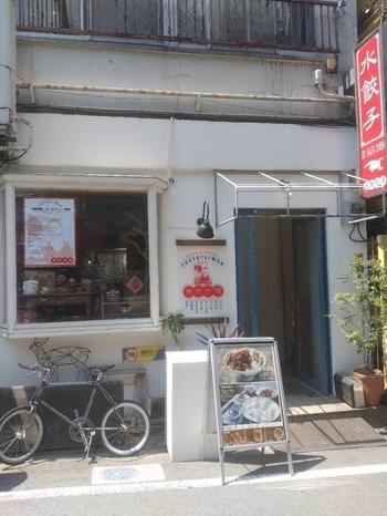 中目黒から徒歩2分の裏路地にひっそりとたたずむ「東京台湾」はオリジナルの水餃子が名物の台湾料理店。お昼時になると近所のOLさんたちで賑わう人気店です。
