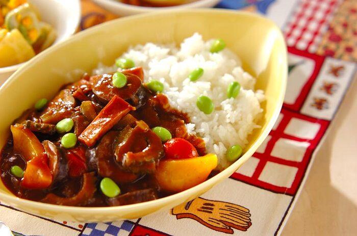 ケチャップを隠し味として入れると、ほどよい酸味がさっぱりとした美味しさを実現し、カレーの辛みをマイルドにしてくれます。トマトには旨み成分のグルタミン酸も多く含まれるため、味に深みも生まれます。  ゴーヤに茄子、パプリカ、トマトに枝豆など夏野菜がたっぷりと入ったカレーは、野菜が苦手な子供でもいつの間にか野菜をたっぷり食べてくれますよ。