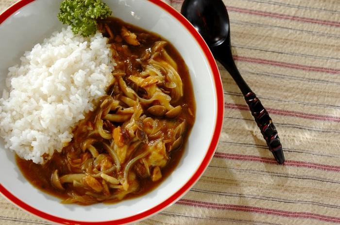 カレールウにめんつゆを合わせると、塩分がすこし強くなります。味の輪郭がはっきりとしたカレーには、ツナやしめじといった旨みが強い食材もうまく馴染みます。