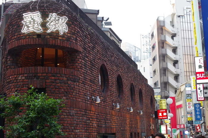 1955年創業の言わずと知れた老舗の有名店「麗郷」。JR渋谷駅から道玄坂方面に徒歩5分ほど行くとレンガ造りの大きな建物を見つけることができます。おひとりさまから大人数まで様々な場面で利用できるお店です。