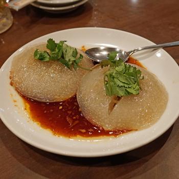 ジブリ作品「千と千尋の神隠し」に登場した料理として注目された台湾のB級グルメ「肉圓(バーワン)」もこちらで食べることができます♪半透明のもちもちとした皮の中には豚肉・たけのこ・しいたけなどの餡がたっぷり。醤油ダレとからめて食べると絶品です!