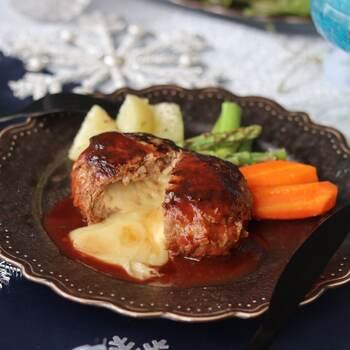 真ん中を割ると、チーズがとろーっと溶け出すチーズインハンバーグ。バターをスライスチーズで包んであるので、とろとろ感がアップします。