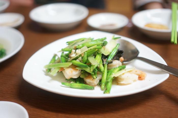 ユリ科の植物「金針菜」とエビの炒め物。金針菜は自律神経を整え精神を安定させる効果があると言われており、健康志向の方におすすめの野菜です。シャキシャキとした食感でクセがないので、淡白なエビとの相性もピッタリ!とても食べやすいですよ。