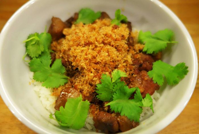こちらは「台南式魯肉飯」。光春のルーローハンは一般的な台北のルーローハンと違い、南部の味付けをしたものだとか。上にかかっている魚のでんぶが特徴的で、見た目も少し違います。ここでしか食べられないので、ぜひ一度は食べておきたい一品です。
