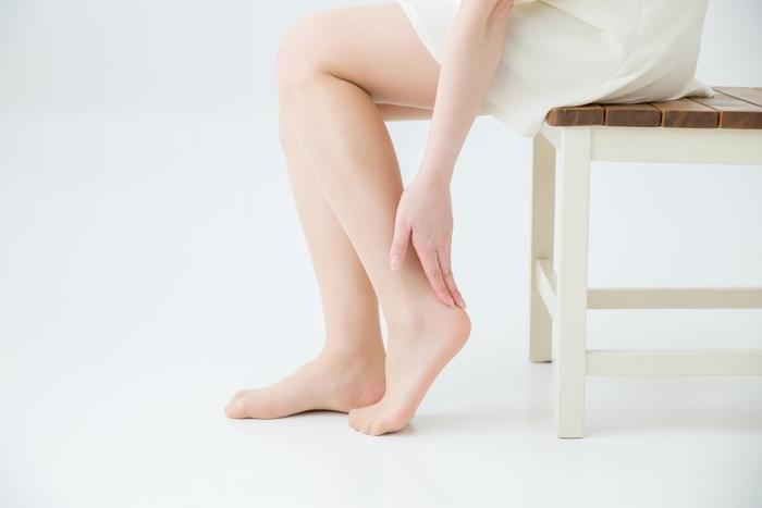 ガサガサになりがちなかかとのケアにも重曹が役立ちます。30~38℃のぬるま湯に食用重曹小さじ2杯を溶かし、足を15分間ほど浸します。重曹は弱アルカリ性なので、足の角質が落ちやすくなり、肌がツルツルに!よく拭いた後は、乾燥しやすいかかとを重点的に、保湿クリームを塗り込んでおきます。