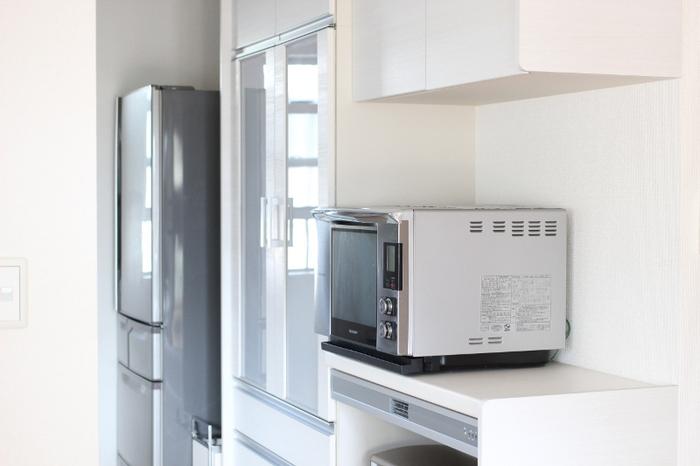 意外と掃除を忘れがちな電子レンジの中の汚れにも重曹が大活躍。耐熱コップに、水:重曹=1:1の割合でつくった重曹水を大さじ2杯入れ、500wで2分温め15分ほど放置しておきます。重曹水の湯気が庫内の汚れを浮かしてくれるので、あとは乾いた布で拭き取るだけ。(※コップが暑くなっているので、取り出す際は気をつけてください。)