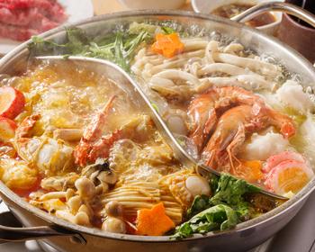 げん骨&鶏ガラベースのスープと辛味が効いた海鮮出汁のスープの2種類の味が楽しめる「2色火鍋」。つけだれには生卵を合わせていただくのが台湾式です。エビやカニなどの海鮮の旨味がたっぷりと染み出した贅沢な鍋は、スープまで残さずペロッと食べられちゃいます。