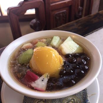 豆乳を固めたトロっとした台湾デザートの豆花(トウファ)にフルーツやタピオカ、マンゴーアイスを乗せた「水菓豆花」。イソフラボンたっぷりの豆花は美肌効果も期待できますよ♪甘さ控えめな自家製シロップは身体に優しい美味しさです。