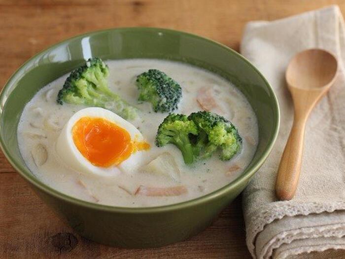 こちらは、じゃがいもと卵を使ったクリームスープです。卵は半熟に茹でておいて、最後に加えて温めるだけ。具材として卵を丸ごと味わえるのが嬉しいですね。じゃがいものほかに、ブロッコリーやハムなども入って具だくさん。ほっこりしたいな、というときにおすすめのスープです♪