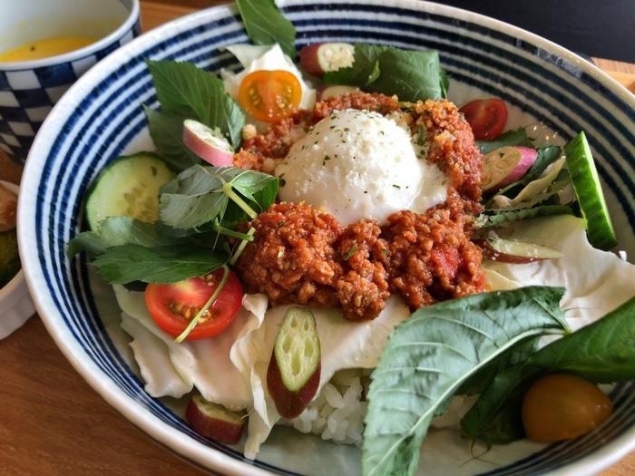 「自家製ミートソースのベジタコライス」は自家製のミートソースとたっぷり野菜の組み合わせ。温玉を崩しながらいただけば、まろやかな食感が口いっぱいに広がります。野菜メインなので、おなかいっぱい食べても罪悪感がありません。